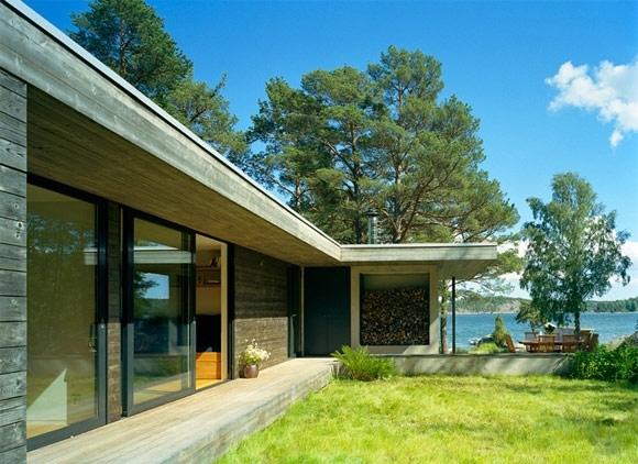 На берегу расположена сауна, сделанная в том же стиле, что и дом.