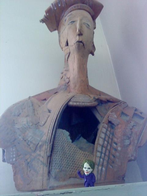 Joker-6 с статуэткой
