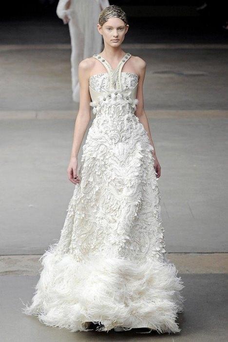 В коллекции можно найти платья разной длины, для украшения...