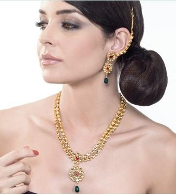 Один из знаменитых индийских дизайнов – техника Кундан Мина Джадау. Кундан – самое чистое золото. Нагретое и очищенное 24-каратовое золото преобразовано в тонкую фольгу, которую и называют кундан. Ювелиры используют кундан, чтобы сделать украшения джадау