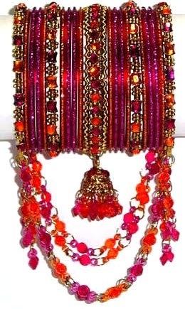 Из чего изготавливают индийские браслеты? Оказывается, что материалом могут выступить как стела и самоцветы, так и обыкновенное папье-маше. Если в Кашмире популярны разукрашенные индийские браслеты из папье-маше, то в мусульманских штатах страны женщины чаще всего носят браслеты из самоцветов.