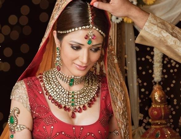 Индийские украшения из золота – всегда самый предпочтительный и судьбоносный выбор для индийцев, золото, по мнению индусов, обладает волшебной аурой. Драгоценности – главная категория индийской свадьбы, в соответствии с индийскими свадебными традициями лю