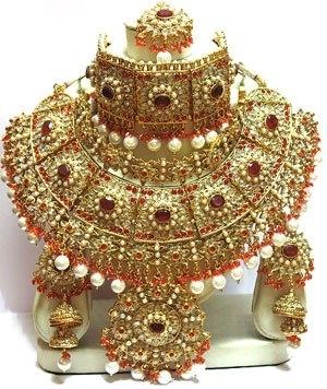 Джадау – типичное индийское название особенного вида драгоценностей, метод обивания драгоценных и полудрагоценных камней в различных украшениях (ожерелья, кулоны, кольца, серьги, браслеты и т.п.). Кундан Мина Джадау категоризированы как драгоценные индийс