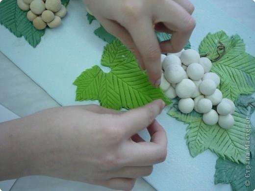 4. 7. Грозди сажаем на листья предварительно смочив снизу. Выполняем ещё листья и накрываем грозди винограда, маскируем - веточек же нет. А ещё у нас усики - настоящие, виноградные!