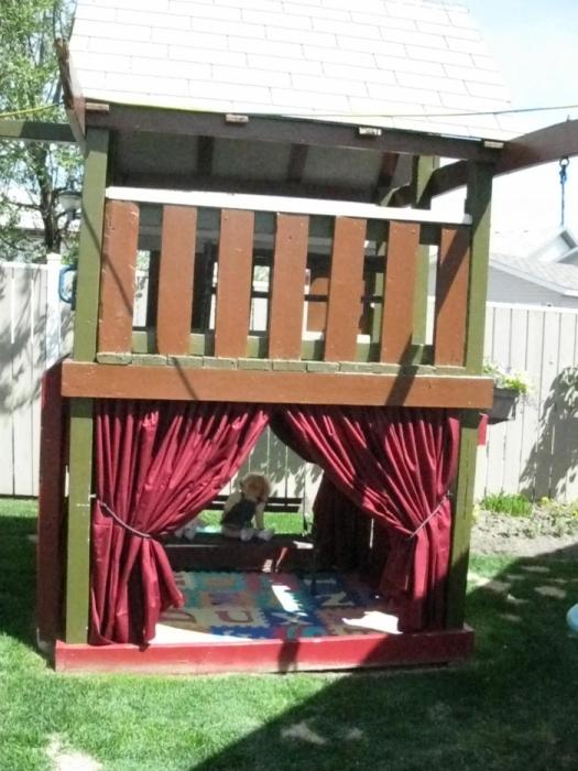 Источник.  Детские площадки-домики своими руками.