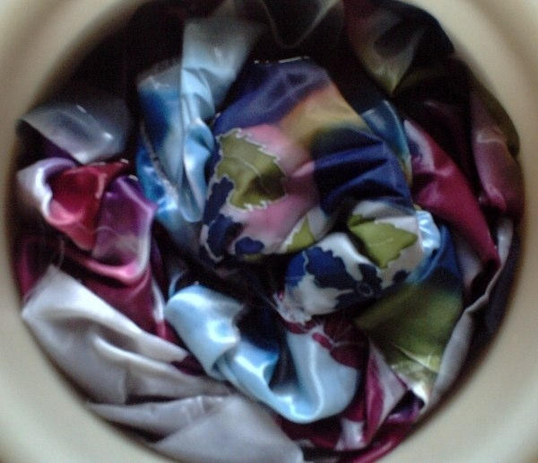 На ткани много краски, надо убрать лишнюю. Теперь ткани не страшна вода, кидаю в тазик, сыплю порошок, полощу. Но ткань не очень охотно расстается с краской, ее волокна пропитались насквозь и не хотят отдавать излишки.