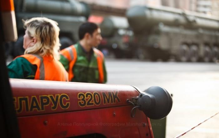 Трактор с завистью смотрит на большие военные машины (блин, что я курил?)