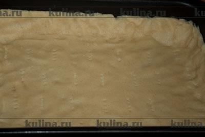 Тесто выложить в форму, сделать бортики, наколоть вилкой и выпекать 20 минут при температуре 160 градусов. Затем форму достать, тесто остудить.