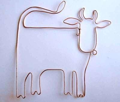 Вам понадобится:      * проволока двух размеров     * бисер разных цветов и оттенков, бусины     * плоскогубцы     * круглокубцы       Первым делом стоит нарисовать на бумаге эскиз будущей коровы в натуральную величину, при этом учитывайте, что контуры бурёнки лучше продумать так, чтобы потом их можно было выполнить изогнув единый отрезок толстой проволоки. С помощью круглогубцев и плоскогубцев сделайте корове проволочный каркас.