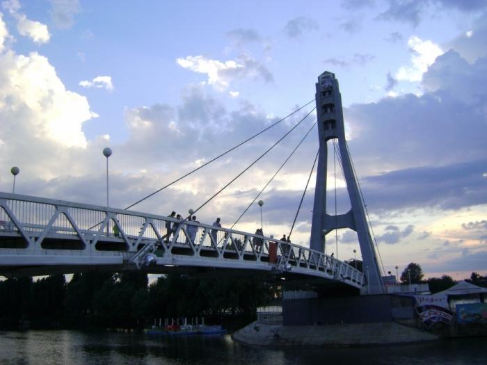 Построенный в Краснодаре 9 мая 2003 года изящный пешеходный мост был назван «Мост Поцелуев».
