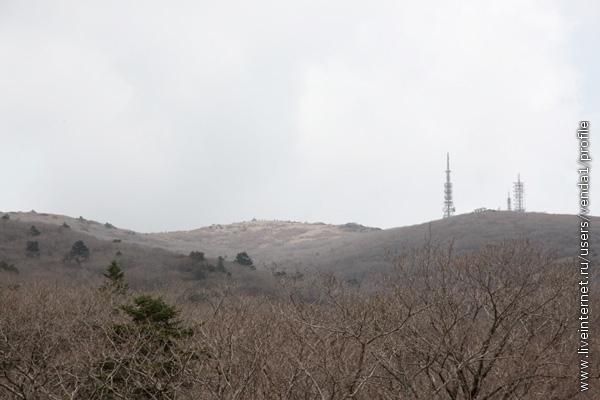 Дорога, плавно поднимающаяся вверх, на очередном повороте открыла нам вид на далекую вершину Ногадан, куда лежал наш путь.