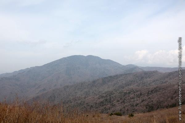 Последние метры, и перед нами лежат ворсистые горные хребты.