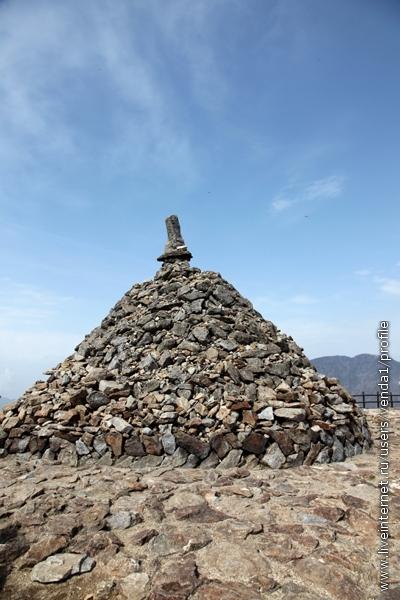 На главной вершине Ногосан тоже сложена куча из камней,