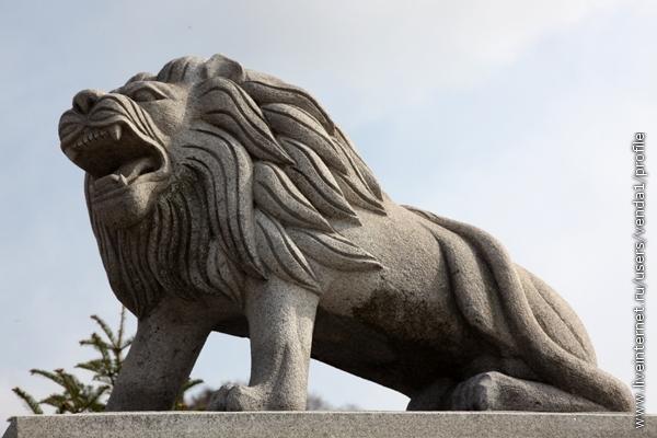 Когда автобус выезжал со стоянки, его провожал рыком грозный корейский лев.