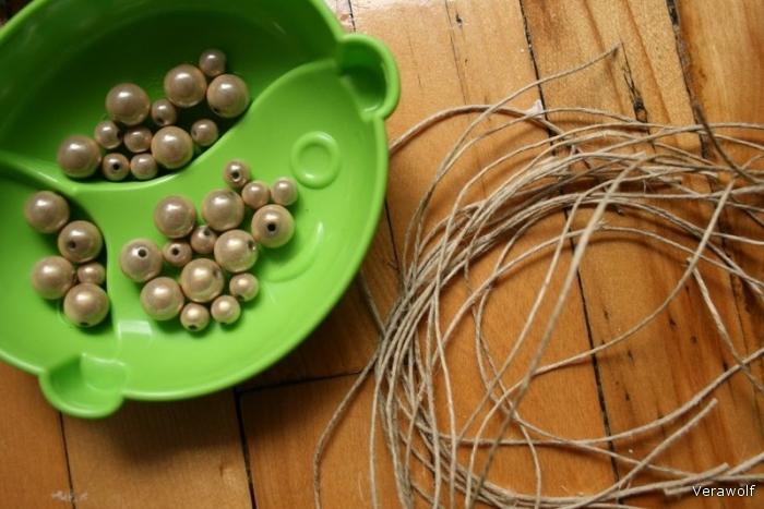 Вам понадобится: 20 малых жемчужин, 20 средних жемчужин, 7 нитей длиной 150 см.