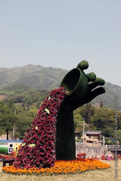 О характере фестиваля красноречиво говорили зеленые скульптуры.