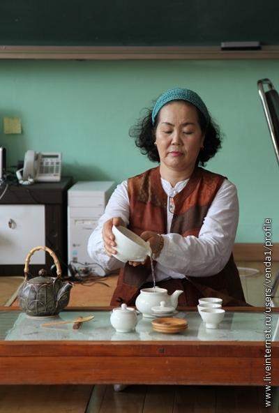 Теперь берем салфетку левой рукой и, поддерживая ею чашу, выливаем ее содержимое в чайник.