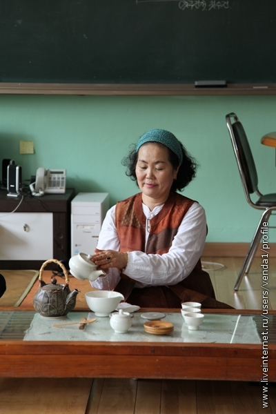 Теперь можно налить готовый чай в чашу. Не забываем про салфетку.