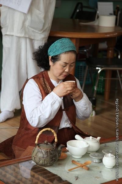 Пить чай надо в молчании, держа чашку двумя руками, сделав ровно три глотка, не ставя между глотками. Наконец чашка ставится на блюдце. Затем хозяйка сливает остатки в пиалу, ставит блюдечки на прежнее место стопкой, а чашки выстраивает в линию, но теперь