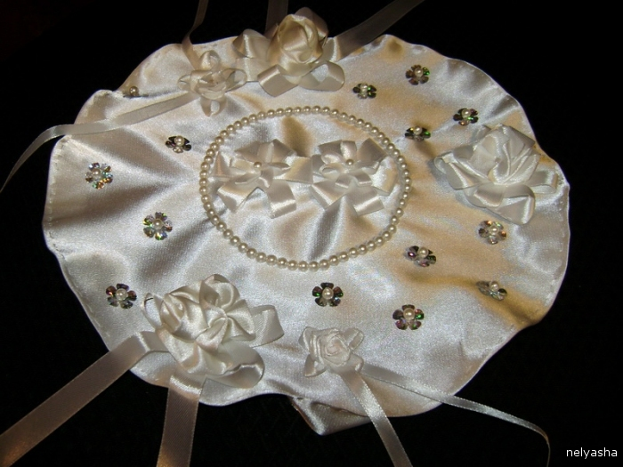 Sew the pillow ornaments. Paetki-flowers sewn pearls.