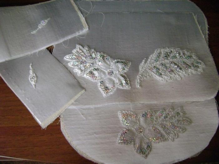 Нашивку разрезать по желанию на несколько частей и пришить серебряными нитками к сумочке. Желательно делать так, чтобы нить пришива выполняла также декоративную роль.