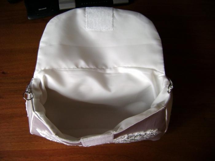 Сшить края подкладки, подогнуть 1 см и прогладить одну сторону «горла», затем пришить подкладку к краю сумочки, оставив непришитой ту часть, которая приходится на заднюю часть с захлёстом.  Через эту «дырку» вывернуть подкладку и вручную её допришить за п