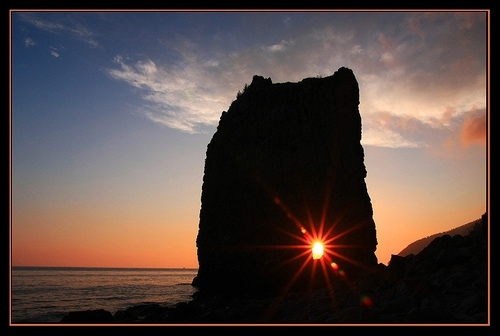 Скала Парус представляет собой вертикально стоящий на берегу моря пласт песчаника, отделённый от основного скального массива провалом. По форме скала напоминает очертания четырёхугольного паруса, за что и получила своё название.