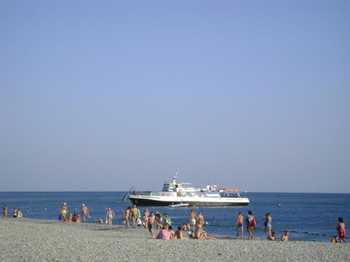 Из Геленджика сюда ходят прогулочные корабли, которые привозят туристов.