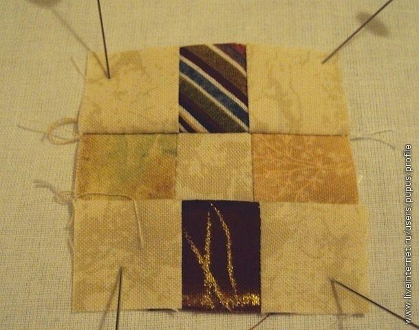 пришиваем с других сторон самые короткие темные полоски с 2 белыми квадратиками, отглаживаем