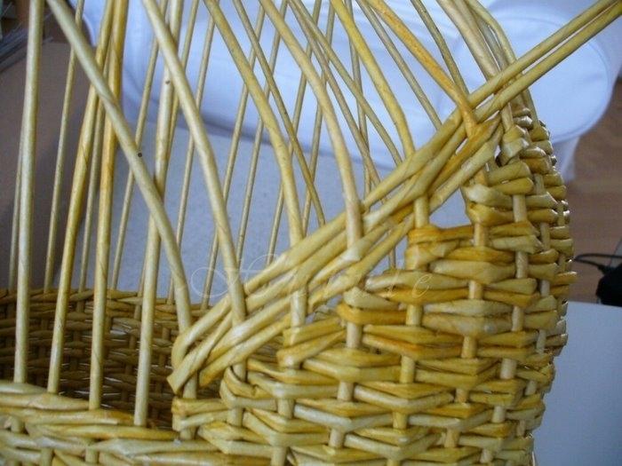 Плетение из газет коляски для детских игр с куклами (4)