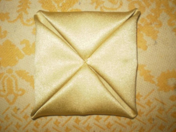 Получаем вот такой конвертик. Таким образом сделать все 16 квадратиков