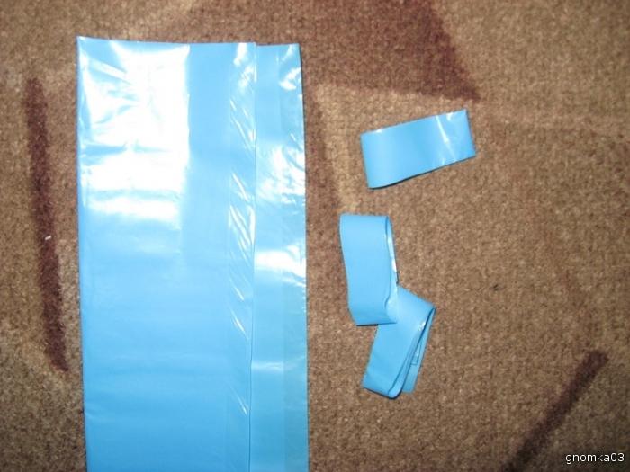 Мешки для мусора синего, голубого, черного и белого цветов.