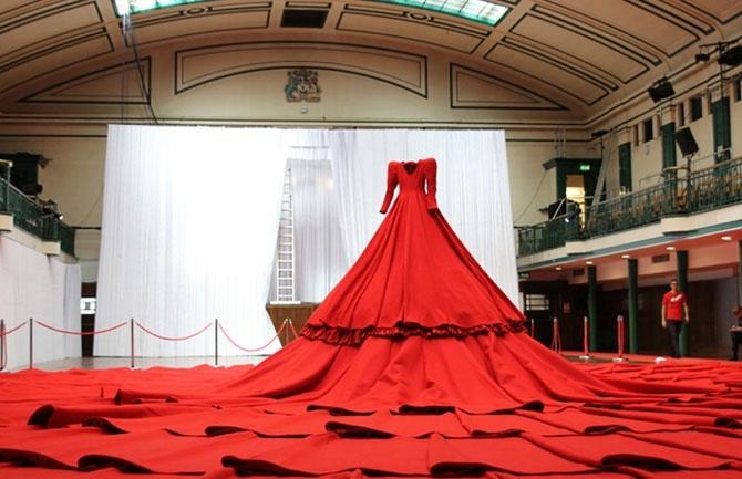 Дизайнер Аами Сонг (Aamu Song) предложил объединять аудиторию и исполнителей через нечто большее, чем музыку, звучащую в зале. Связующим элементом выступает платье, в подоле которого скрыты места-карманы для 238 зрителей. Уникальный концертный зал REDDRES