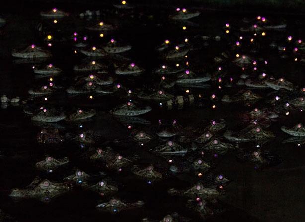 Светящиеся глаза выглядывающих из воды кайманов. Удивительную фотографию сделал тридцатисемилетний Дэниэл Фокс в Итузаинго, Аргентина.