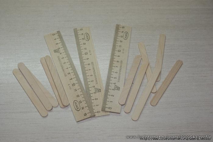 Для конструирования санок нам понадобятся деревянные палочки для мороженого и деревянные ученические линейки длиной 15 см. Линейки необходимо разрезать вдоль пополам.