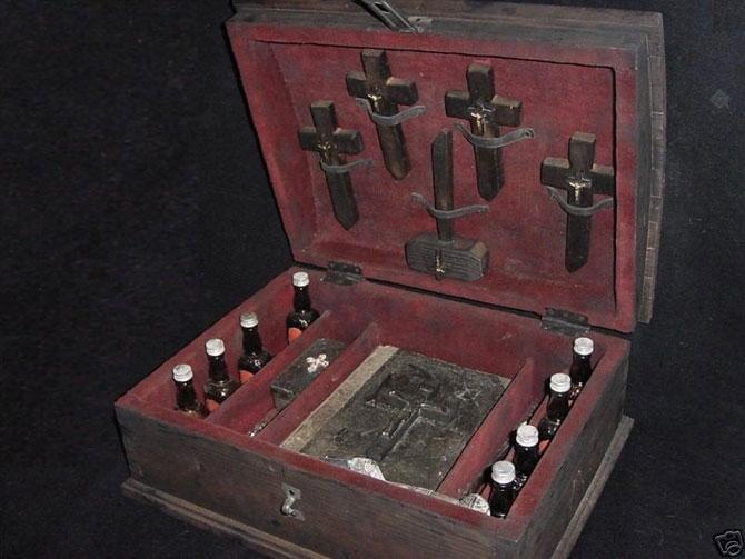 Настоящий набор инструментов для борьбы с вампирами был продан недавно на аукционе в американском городке Натчез (штат Миссисипи). И это не современное барахло из голливудских мастерских, а аутентичный продукт, изготовленный около 1800 года.