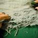 Используйте резак или лезвие, чтобы делать надрезы. После счищайте нитки с краев прорезанных отверстий. Для удобства можно под ткань подложить разделочную доску