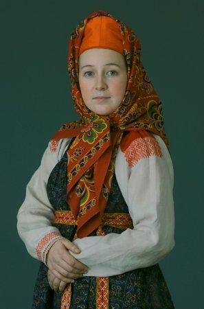 Молодая женщина в праздничном костюме. Мезенский уезд, Архангельской губ., начало XX в.