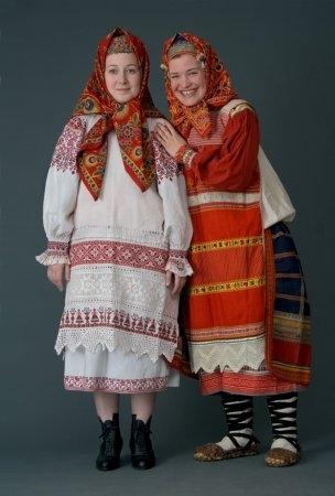 Молодые женщины в праздничном костюмах. Калужская губ., начало XX в. (коллекция Глебушкина С.А.)