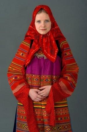Девушка в праздничном костюме. Московская губ. XIX в. (коллекция Понамарёвой Т.Г.)