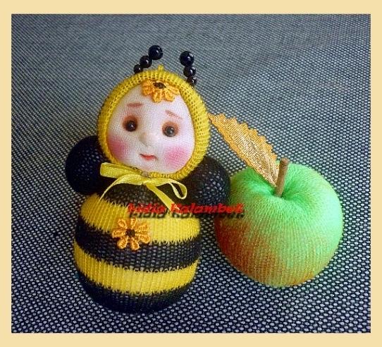 Chocalho chocalho abelha e maçã.