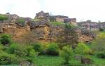 Причудливые пласты скал из древних крепких ещё плит нависают отовсюду вдоль  дороги и это напоминает какое-то древнее разрушенное временем грандиозное строение, похожее на стены замка.