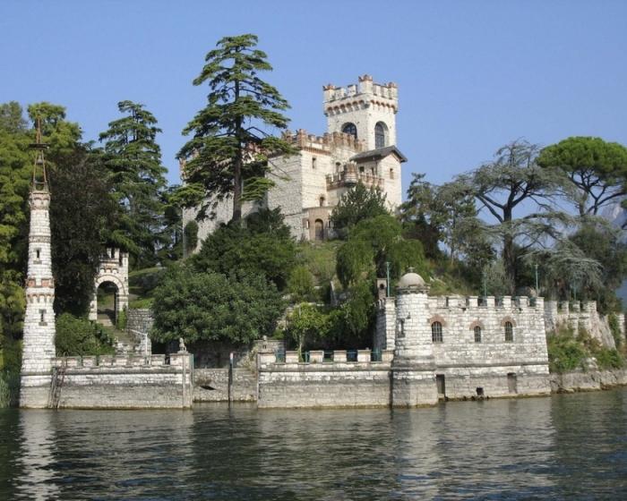 В конце 5 века здесь был построен монастырь, просуществовавший на протяжении нескольких веков, и, в конце концов, заброшенный в 16 веке. Во время визита на остров кардинала Карло Борромео в 1580 году здесь обитал один отшельник по имени Питер. В конце 19