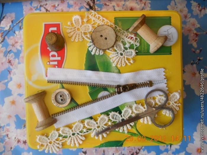 Декорируем коробочку разными предметами.У меня нашлись старые ножницы,молния,основа от ниток,пуговицы,кружева.