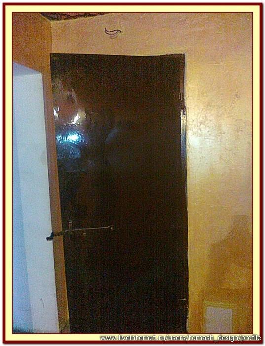 1.Обезжириваем поверхность дверей с помощью любого моющего средства.