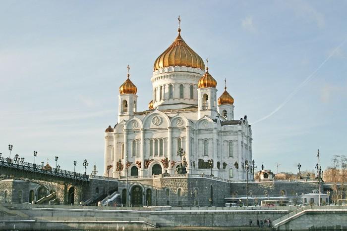 Храм Христа Спасителя построен в 1994-1997 годах на месте бассейна