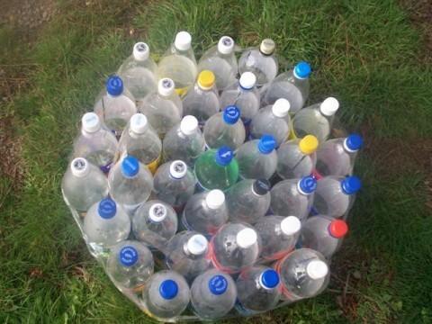 Бутылки соединила скотчем.
