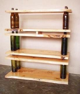 Для того, чтобы в Вашем экодоме появились такие оригинальные полки, Вам понадобятся только несколько досок и бутылок...