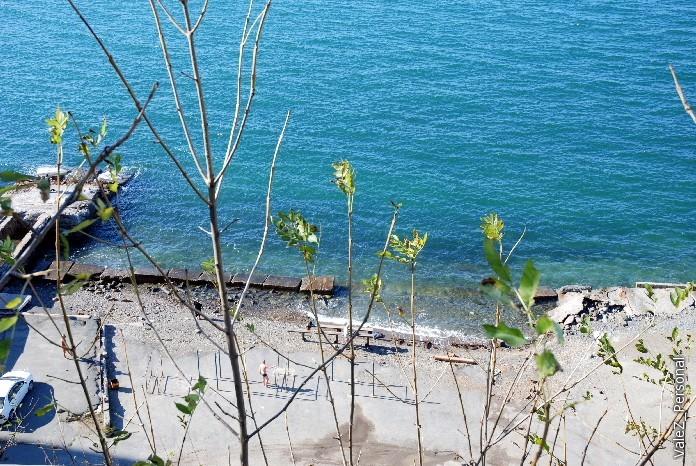 Последние купальщики на пляже