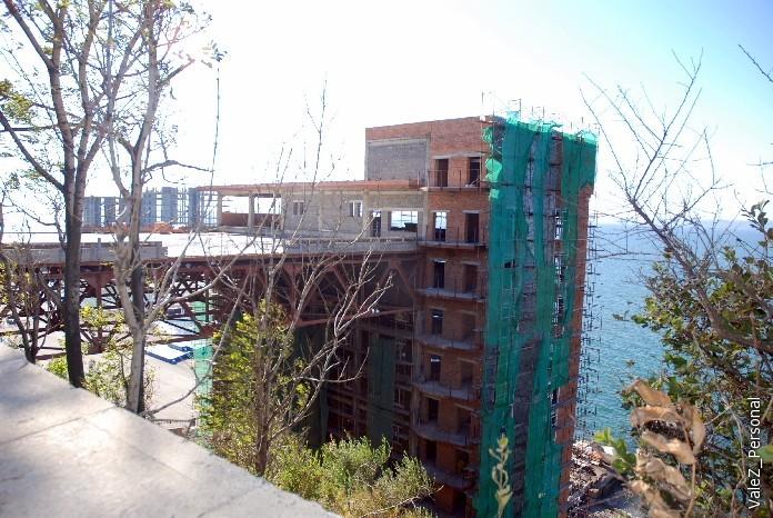 Строится гостиница, где вход будет с последнего этажа и все номера с окнами на океан